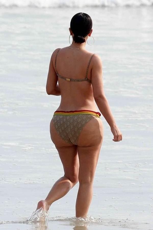 Ким Кардашьян на пляже без фотошопа