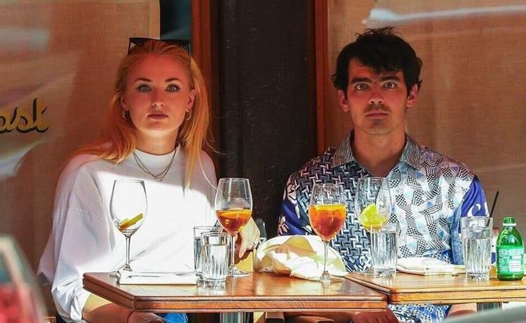 Софи Тернер и ее муж Джо Джонас троллят папарацци